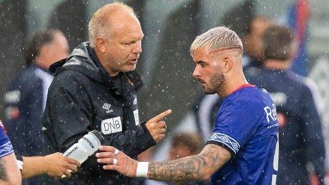 Vålerengas Aron Dønnum i samtale med Dag Eilev Fagermo tidligere denne sesongen.