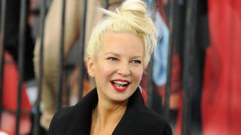I fjor ble den australske sangstjernen Sia tobarnsmor, og nå kan hun røpe at hun også har blitt bestemor i all hemmelighet.