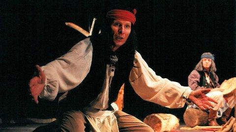 Skuespiller Ola Otnes har selv spilt i stykket «Apache» som ble spilt for skoleelever i regi av Teater Ibsen. Nå kritiserer han musikere som kler seg ut i lignende kostymer.