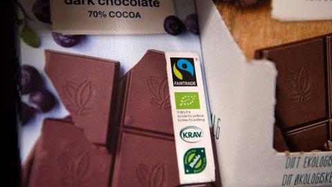 Fattigdom og barnearbeid står bak Fairtrade-sjokolade, ifølge en dansk organisasjon.