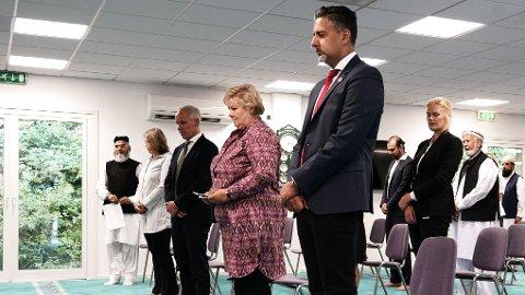 Abid Raja varsler en plan mot rasisme. Den skal legges fram i høst. Bildet er tatt mandag, under minnemarkeringen etter terrorangrepet i Al-Noor moskéen i Bærum, der også finansminister Jan Tore Sanner og statsminister Erna Solberg deltok.