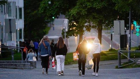 UTELIV: Trondheim har merket en økning i utelivet den siste uken. Her fra festningen (Kristiansten) da fadderuken ved NTNU var i gang.