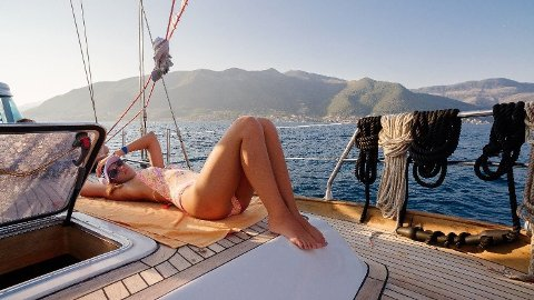 Dersom noen stikker av med hele potten alene fredag, har du råd til den dyreste båten vi fant på Finn som kostet 97 millioner kroner. Da har du råd til solbriller og solkrem også.