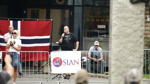 Sian-leder Lars Thorsen talte under en demonstrasjon på Furuset senter i Oslo lørdag. Foto: Fredrik Hagen / NTB scanpix
