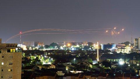 NYE ANGREP:Israel utførte lørdag kveld nye angrep mot Hamas på Gazastripen etter at brannbomber og raketter ble sendt over grensa til Israel. Bildet viser anti-missil-systemer som fyrer av intervensjons-missiler mens raketter er fyrt opp fra Gaza.