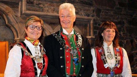 FINSTAS: Anne Gine Hestetun, Jon Askeland og Jenny Følling, med ordførerkjedene for Hordaland, Vestland og Sogn og Fjordane.