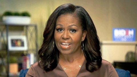 SENDTE BESKJED: Smykket som Michelle Obama bar under demokratenes landsmøte natt til tirsdag vekker oppsikt. Flere mener hun sendte en tydelig og hemmelig beskjed.