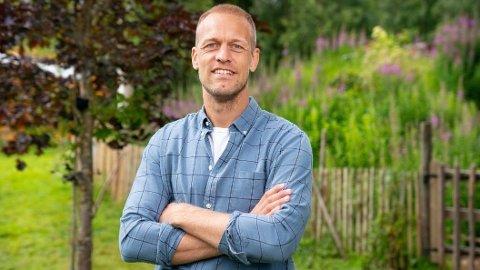 MÅTTE AVBRYTE: Alt ble satt på pause da produksjonen mistenkte brudd på korona-restriksjonene blant «Farmen»-deltakerne. Det er Mads Hansen som er programleder for den kommende sesongen.