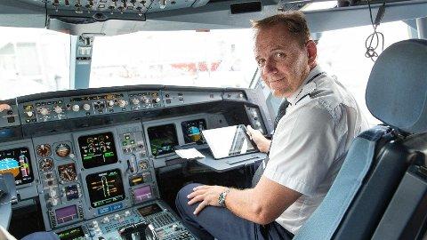 ERFAREN: Etter over 40 år som pilot, inkludert 17 år i Luftforsvaret, har Yngve Carlsen god kontroll på det meste innenfor luftfart.