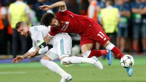 SKADET: Situasjonen hvor Salah ble skadet og måtte ut i Champions League-finalen 2018, omtrent en halvtime ut i oppgjøret.