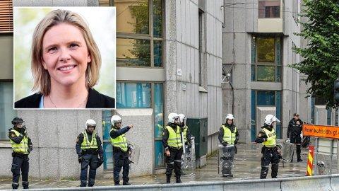 ROPER VARSKO: Sylvi Listhaug mener man bør slå hardt ned på den siste tidens episoder med politivold. Her fra lørdag etter SIAN-demonstrasjonen i Bergen., da politiet tok opptelling utenfor politihuset.