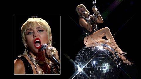 IKONISK ØYEBLIKK: Miley Cyrus overrasket alle med å gjenskape den kontroversielle scenen fra musikkvideoen til låta «Wrecking Ball», som hun toppet hitlistene med i 2013.