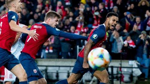 Norges Joshua King jubler etter 1-1-scoringen på straffe under EM-kvalifiseringskampen mellom Norge og Spania på Ullevaal Stadion. Vi tror de norske spilerne får mer å juble for fredag kveld.