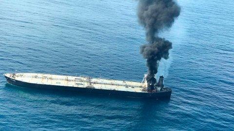 LEKKER: Et bilde fra luftforsvaret på Sri Lanka viser den Panama-registrerte supertankeren som står i brann i Indiahavet torsdag. Foto: AP / NTB scanpix