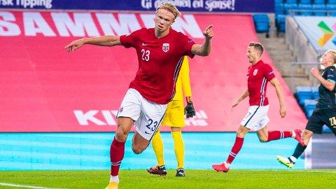 Erling Braut Haaland jubler etter 1-2-scoringen mot Østerrike. Vi tror kraftpluggen fra Jæren scorer igjen i kveld.