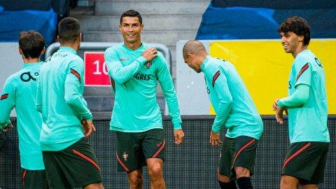 Her trener Cristiano Ronaldo sammen med det portugisiske laget på Friends Arena i Stockholm.