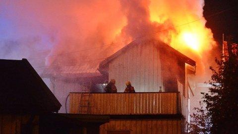 Høye flammer sto ut av huset under brannen.