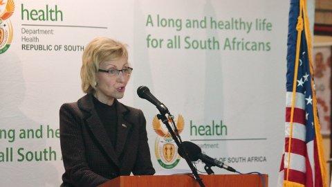 Lana Marks er USAs ambassadør i Pretoria i Sør-Afrika. Her er hun avbildet i forbindelse med at USA donerte pustemaskiner til Sør-Afrika i forbindelse med koronapandemien.