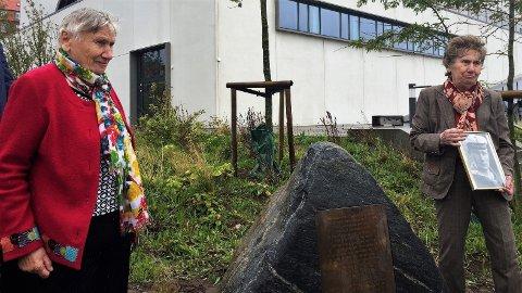 DANSK MINNESTEIN: Hilde Ritz (t.v.) og Ida Gatz er lillesøstrene til 22-åringen Gustav Ritz, som var en av de 11 henrettede tyske soldatene i danske Sønderborg etter at freden var kommet. Kvinnene deltok under den høytidelige seremonien i Sønderborg, der det ble satt opp en minnestein. Ida holder et bilde av broren i hånden.