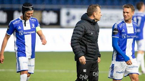 Sarpsborg 08-trener Mikael Stahre (i midten) etter søndagens borteseier mot tabelljumbo Aalesund.
