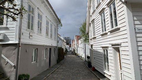 SENTRUMSNÆRT: – Vi ser at det er noe faste områder som er forholdsvis trygge å sette pengene inn i. Med det mener jeg at dersom det kommer nedgangstider, vil det fortsatt være god interesse for å bosette seg i disse områdene, sier DNBs Trond Lura. Her fra den ikoniske trehusbebyggelsen i Gamle Stavanger.