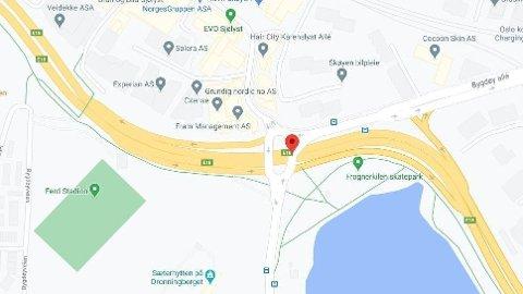 En bil havnet på siden på E18 ved Bygdøylokket i Oslo.