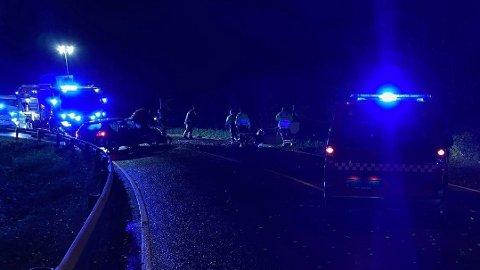 TO BILER: Den ene bilen ligger i grøfta, mens den andre står på tvers i veibanen etter ulykken.