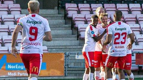 Fredrikstad-spillerne jubler etter seieren mot Moss i lokalderbyet. Foto: Harry Johansen, Fredrikstad Blad