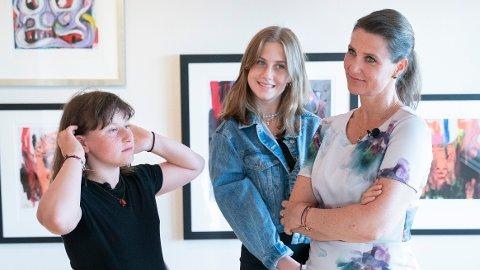 Leah Isadora Behn (i midten) deler hyllest og en sterk oppfordring på farens bursdag. Foto: Fredrik Hagen / NTB