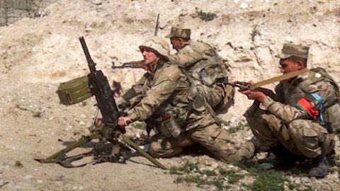 Aserbajdsjanske (bildet) og armenske styrker kjemper om kontrollen i Nagorno-Karabakh, og de får ifølge Russland og Frankrike støtte fra fremmedkrigere fra Syria og Libya. Foto: AP / NTB