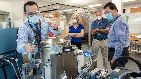 Det nye rom-toalettet er blitt grundig testet før det nå skal fraktes opp til Den internasjonale romstasjonen. Foto: Norah Moran/NASA via AP/NTB
