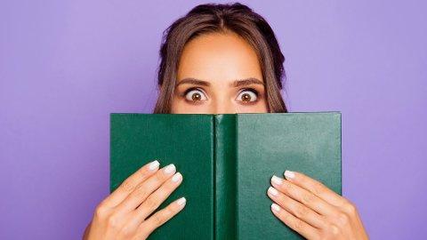 Vi har funnet 10 bøker som er særdeles morsomme. 2 helt nye, 1 ganske ny og 7 klassikere. Det er bare å glede seg til mange morsomme timer.