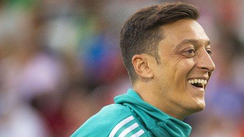 KAN LE HELE VEIEN TIL BANKEN: Mesut Özil har ikke fått spille for Arsenal siden fotballen stoppet opp på grunn av koronaviruset i mars, men han tjener fortsatt godt med penger.