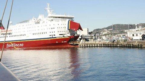 Konsernsjefen i Fjordline trekker seg, og ytterligere 140 ansatte mister jobben.