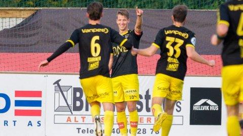 Lillestrøm-kaptein Thomas Lehne Olsen (i midten) jubler etter sin scoring mot Stjørdals-Blink på bortebane tidligere denne måneden.