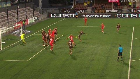 Her har Martin Rønning Ovenstad rundlurt hele Brann-forsvaret og setter inn 1-0.