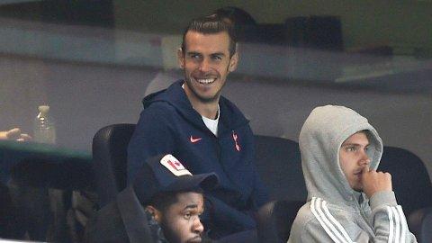 Her sitter Gareth Bale på Tottenham Hotspur Stadium og ser Spurs spille 1-1 mot Newcastle. Søndag kan han starte mot West Ham.
