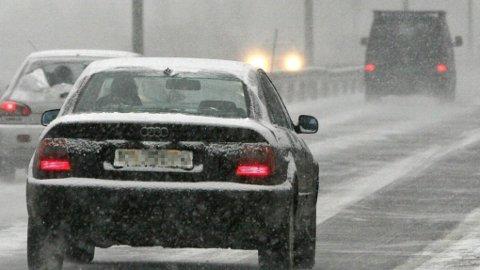 Mandag og tirsdag kan det komme snø i Sør-Norge. Det kan bety problemer for de som ikke har skiftet til vinterdekk. NB: iIlustrasjonsfoto.