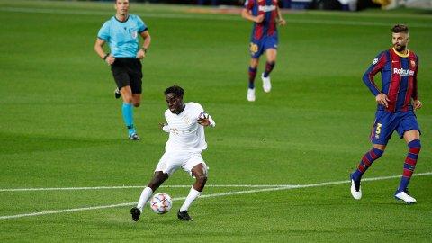 Tokmac Nguen viste strålende takter innledningsvis mot Barcelona.