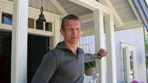 TRØKK: Frank Løke var vant til en trøkk eller to som strekspiller på håndballbanen. I fjor gikk inntekten hans betraktelig ned. Her fra Farmen kjendis.