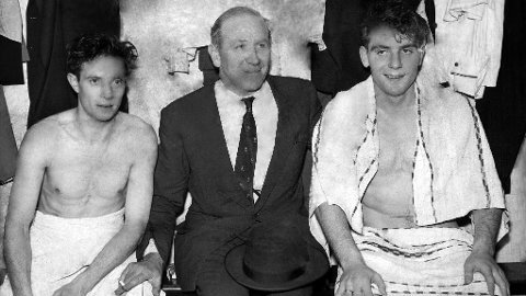 Her er Manchester United-manager Matt Busby (midten) sammen med spillerne John Berry (t.v.) og Duncan Edwards. Bildet er fra mars 1957.