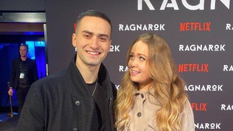 Cengiz Al og kjæresten Maiken Blom har blitt foreldre. Her er de avbildet på den røde løperen i forbindelse med premieren på filmen «Ragnarok».