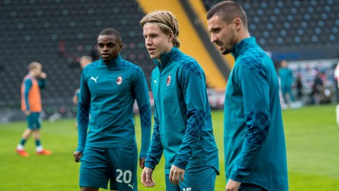 Jens Petter Hauge (midten) var tilbake på Milan-benken i bortekampen mot Udinese søndag.