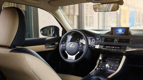 Særpregede løsninger inne i CT, her viser Lexus at de tenker litt annerledes enn de tyske premiummerkene.