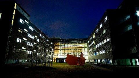 MERKER ØKT PÅGANG: Akershus universitetssykehus på Lørenskog er blant sykehusene i Helse Sør-Øst som nå merker en økning i antall innleggelser. Tirsdag bekreftet sykehuset også et nytt covid-19-dødsfall. 20 Ahus-pasienter har så langt mistet livet som følge av koronaviruset.