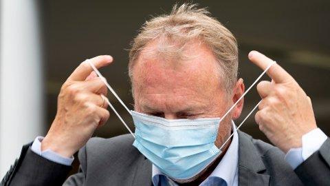 Byrådsleder Raymond Johansen tar på seg munnbind. Noen ser på slike munnbind som et angrep på deres personlige frihet og finner dårlige argumenter for å ikke bruke munnbind.