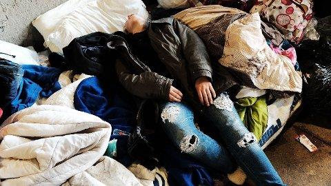 Staten Oregon vil avkriminalisere personlige brukerdoser av hardere narkotiske stoffer. Her har en kvinne sloknet etter at hun har tatt en dose heroin under en bro i Philadelphia. Arkivfoto: Spencer Platt/Getty Images/AFP
