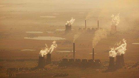 Norge bruker enorme summer på klimatiltak i utlandet. På bildet ser vi et kullkraftverk i Sør-Afrika.