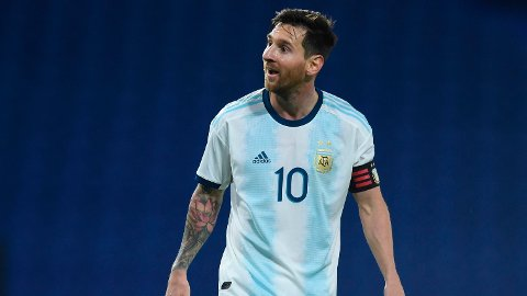 Lionel Messi har vondt i en ankel, men den argentinske landslagssjefen meldte på en pressekonferanse onsdag at Argentina-kaptein er spilleklar til kampen mot Paraguay natt til fredag.