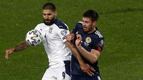 I DUELL: Serbias Aleksandar Mitrovic (t.v.) og Declan Gallahger fra Skottland.